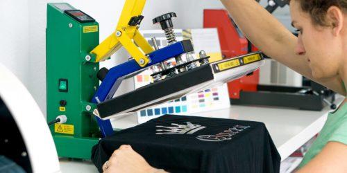 Frau bedruckt T-Shirt mit Transferpresse Textildruck